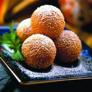 כדורי בצק מטוגנים, לרוב ממולאים בממרח שעועית אדומה ומצופים בשומשום